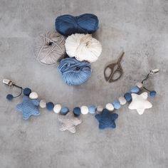 Crochet stroller chain with stars 1 Crochet Baby Boots, Crochet Teddy, Newborn Crochet, Crochet Toys, Crochet Turtle, Crochet Dinosaur, Baby Toy Storage, Knitting Patterns, Crochet Patterns
