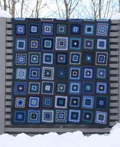 VÅRLI : Blått koseteppe i oldemorsruter Crochet Blocks, Rose, Squares, Blankets, Rain, Crocheting, Flowers, Lace, Handarbeit