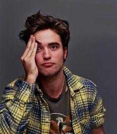 Robert Pattinson - This is the right pose to represent yourself under tension. King Robert, Robert Douglas, Twilight Edward, Twilight Saga, Conor Leslie, Robert Pattinson Twilight, Edward Cullen, Most Handsome Men, Kristen Stewart