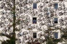 """Een fietsenwinkel in Altlandsberg  (Duitsland) heeft in plaats van een uithangbord, een """"sculptuur"""" van ongeveer 120 fietsen gemonteerd op de buitenkant van het gebouw.  Geweldig idee!"""