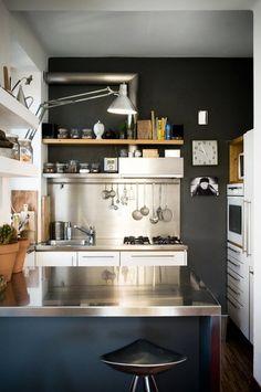 2. ผนังสีดำ พร้อมกับโต๊ะและเคาน์เตอร์อ่างล้างจานสีเงิน สแตนเลส ได้เป็นห้องครัวสไตล์โมเดิร์น