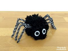 Pompom pók fonalból - Halloween ötlet Crochet Necklace, Wreaths, Jewelry, Decor, Jewlery, Decoration, Crochet Collar, Bijoux, Schmuck