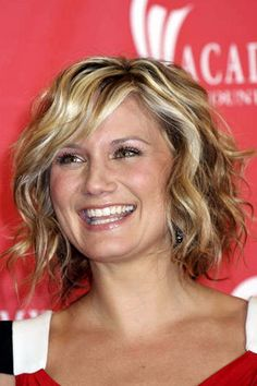 short curly hair on Jennifer Nettles, love this! Short Curly Hairstyles For Women, Popular Hairstyles, Curly Hair Styles, Curly Short, Short Curls, Curly Bob, Short Haircuts, Short Shag, Curly Pixie