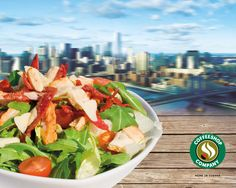 Unser Caesar Salad ist eine Neuinterpretation des bekannten USA Klassikers. Diese Salatvariation besticht durch die knackige Eisberg-Rucola Mischung mit warmen Hühnerfiletstreifen und kross gebratenem Chorizo, vollendet mit knusprigen Croutons, cremigem Caesar Dressing und feiner Parmesannote!