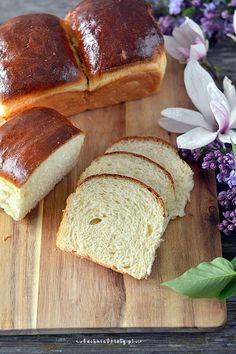 Pyszny domowy chleb pszenny na drożdżach. Ten chleb to coś między chałką, brioszką a chlebem tostowym. Pyszny.   Składniki na chleb mleczny:  350 g mąki pszennej 35 g cukru 0,5 łyżeczki soli 1 jajko 110 ml. ciepłego mleka (najlepsza temperatura 25028 st.C.)  10 g mleka w proszku 1 (7g) łyżeczka suchych drożdży 30 g masła bardzo miękkiego  na zaparzoną mąkę: 100 g mąki pszennej 200 ml. wrzątku   Baking, Recipes, Breads, Food, Bread Baking, Bread Rolls, Bakken, Recipies, Essen