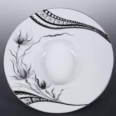 """Résultat de recherche d'images pour """"peinture porcelaine"""" Engraved Plates, China Painting, Paint Designs, Zentangle, Decorative Plates, Pottery, Mugs, Tableware, Vases"""