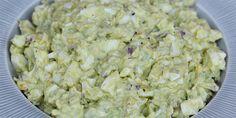 Virkelig lækker æggesalat med avocado, som både giver en skøn smag og cremet konsistens samt en fin grøn farve.