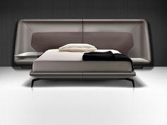 Ein Bett von Aston Martin. Die Möbelkollektion des britischen Automobilherstellers besticht durch weiche Kurven sowie elegant und dynamisch geschnittene Grundformen.