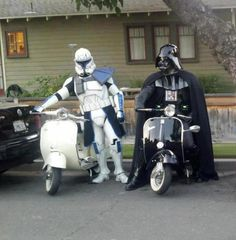 Darth Vader and a Republic Clone Trooper with their Vespa Scooters - Star Wars Vespa Scooters, Moto Scooter, Piaggio Vespa, Lambretta Scooter, Scooter Girl, Darth Vader Helm, Nave Star Wars, Cool Pictures, Funny Pictures
