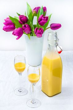 Eierlikör mit Likörgläschen und Tulpenvase