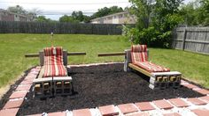 The back bars still have to be cut, but you gwt the point. blocks and logs Cinder Block Furniture, Cinder Blocks, Outdoor Chairs, Outdoor Furniture, Outdoor Decor, Chaise Lounges, Logs, Curb Appeal, Outdoor Living