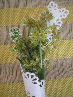 Tira com doilies em papel metálico (180 g/m²). Diversas cores e modelos. Podem ser utilizadas em arranjos florais, como porta talheres e guardanapos, e também, podem ser utilizadas na decoração sustentável.