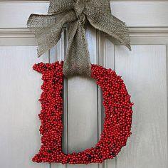 En la puerta puede colocarse un mensaje como PAZ con letras confeccionadas en anime y decoradas con botones, flores, hojas navideñas, etcétera. También podría colgarse sencillamente la inicial de la familia que habita en la casa.