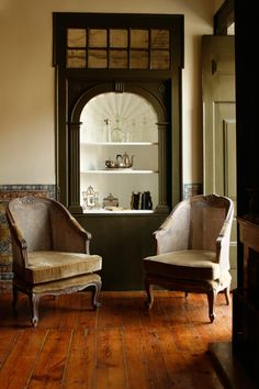 traditional interior decor Love the chairs and the Edwardian green colour on the wood. Edwardian House, Victorian Homes, Edwardian Style, Vintage Interiors, Hotel Interiors, Interior Architecture, Interior Design, Traditional Interior, Home Office Design