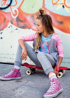 Junior's friend, Mim-pi summer fashion for girls SS 15 > Minimoda. Tween Girls, Kids Girls, Cute Girls, Tween Fashion, Little Girl Fashion, 1960s Fashion, Teenager Fashion, Jupe Short, Kid Poses