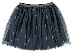 Blauwe meisjes tulle rok NITLADY van het merk Name-it. Dit rokje is zonder sluiting, met een elastische tailleband. In het blauw is een zilveren patroon verwerkt.