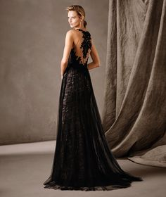 Long Victorian-inspired dress with an A-line skirt. A sensual play of sheer effects envelops the body in this tulle and lace gown. A dress full of mystery and elegance for a formal celebration.