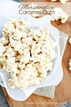 Marshmallow Caramel Corn: This marshmallow coated popcorn is the perfect sweet treat for movie night, or just for fun! Caramel Corn Recipes, Popcorn Recipes, Candy Recipes, Baking Recipes, Snack Recipes, Dessert Recipes, Vegetarian Recipes, Yummy Snacks, Yummy Treats