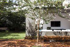 Residência RMJ l Arquitetos: Felipe Bueno & Alexandre Bueno. Uberlândia - MG, Brasil. Área: 550m². Ano: 2012. Design De Interiores e Paisagismo: Maria Júlia Bueno. Área Do Terreno: 1000 m². Fotografias: Cae Oliveira