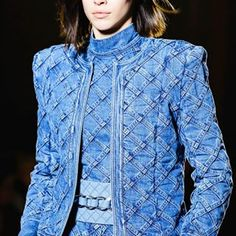 The complete Balmain Fall 2018 Ready-to-Wear fashion show now on Vogue Runway.See every detail from the Balmain Fall 2018 collection.Balmain available at Luxury & Vintage Madrid, the best selection of contemporary and vintage clothing, discover our t Fashion Mode, Fashion 2018, Denim Fashion, Couture Fashion, Runway Fashion, Fashion Dresses, Estilo Jeans, Jeans Sobre Jeans, Look Jean