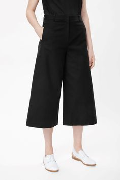 Wide-leg cropped trousers — COS