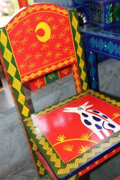 silla pintada a mano Funky Painted Furniture, Painted Chairs, Furniture Projects, Projects To Try, Decorative Boxes, Toys, Painting, Home Decor, World