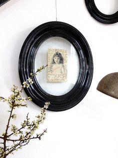 I love black oval frames!