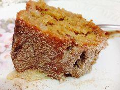 Bolo de Maçâ  Bater no liquidificador: 3 ovos 1/3 de xíc de  chá de óleo 3 maçãs picadas 1 colhe de sopa de canela em pó Enquanto bate, prepare uma tigela com: 3 xíc de chá de trigo 2 1/2 xíc de chá de açúcar 1 colh sopa de fermento Misture tudo e coloque em uma forma untada com margarina e açúcar. Leve ao forno para assar.  Fure o bolo ainda quente e derrame sobre ele uma lata de leite condensado. Polvilhe canela misturada com açúcar.