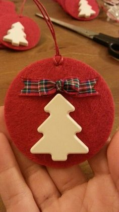 Idee natalizie handsmade, low cost e eco- friendly Christmas Arts And Crafts, Crochet Christmas Ornaments, Christmas Activities, Diy Christmas Ornaments, Felt Ornaments, Christmas Decorations, Christmas Hearts, All Things Christmas, Kids Christmas
