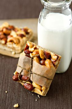 The combination of honey and nuts go together like peanut butter and jelly! Try out this delicious Honey Nut Bar recipe that makes the perfect on-the-go snack! Snack Recipes, Dessert Recipes, Cooking Recipes, Nut Bar, Gula, Dessert Bars, Healthy Snacks, Healthy Life, Sweet Treats