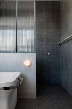 Jonathan Richard's Residence (SJB) Reeded glass shower screen with rendered walls, Vixel mosaic tiles and Agape Novecento Bathtub from Artedomus. Bathroom Windows, Glass Bathroom, Bathroom Toilets, Bathroom Lighting, Bathroom Spa, Bathroom Storage, Modern Room, Modern Bathroom, Small Bathroom