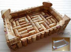 vassoio ottenuto da una cassetta della frutta di legno rivestita con tappi di sughero