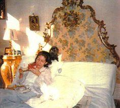 Maria Callas in bed Maria Callas, Classical Opera, Classical Music, Medea Play, Opera News, Opera Singers, Celebrity Houses, Rare Photos, Poodle