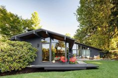 Saul Zaik House is the remodel of a mid-century modern home by noted Portland, Oregon architect Saul Zaik, carried out by Jessica Helgerson Interior Design. The house had been poorly remodele… Modern Exterior, Interior Exterior, Exterior Remodel, Wall Exterior, Exterior Paint Colors, Modern House Design, Modern Interior Design, Maison Eichler, Midcentury Modern