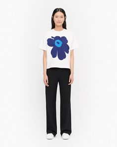 The Vaikutus t-shirt is made of cotton and it carries the large poppy flower of the Unikko pattern. Marimekko, My Size, Plus Size, Normal Body, Long Toes, Body Measurements, Body Shapes, Capsule Wardrobe, Unisex