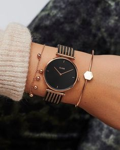 Mix metals for the ultimate chic look.- Mischen Sie Metalle für den ultimativen Chic-Look. Mix metals for the ultimate chic look. Cool Watches For Women, Fitness Watches For Women, Watches Women Fossil, Fancy Watches, Trendy Watches, Luxury Watches, Simple Watches, Unique Watches, Cheap Watches