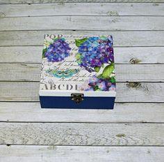 Modré+hortenzie+Dřevěná+krabička+o+rozměrech+cca16+x16+cm+a+výšce7+cm.+Krabička+je+natřena+akrylovými+barvami,+ozdobená+technikou+decoupage+(rýžový+papír)+a+zapínáním.+Následně+přetřena+lakem+s+atestem+na+hračky.+Uvnitřnechána+přírodní. Decoupage, Handmade, Hand Made, Handarbeit