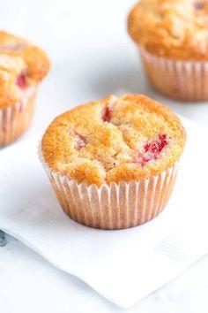 How to Make Perfect Strawberry Muffins. Cinnamon and black pepper make them extr… Wie man perfekte Erdbeermuffins macht. The Best Strawberry Recipes Strawberry Yogurt Muffins, Strawberry Muffin Recipes, Easy Blueberry Muffins, Blue Berry Muffins, Peach Muffins, Strawberry Banana, Donut Muffins, Corn Muffins, Baking Muffins