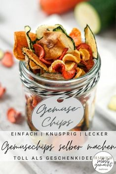 Anleitung für selbstgemachte Gemüsechips aus dem Backofen oder Dörrautomat. Gemüsechips selber machen ist ganz einfach, die Chips schmecken super-lecker und sind außerdem eine tolle Geschenkidee aus der Küche. Der Fantasie sind kaum Grenzen gesetzt: Ob Kartoffelchips, Rote Bete Chips, Zucchini Chips oder Tomaten Chips. Jede Variante schmeckt anders, aber eine leckerer als die andere. Wenn ihr die Gemüsechips verschenken wollt, findet ihr im Beitrag ein kostenloses Etikett zum Herunterladen. Zucchini Chips, Snacks Für Party, Vegetable Salad, Tortilla Chips, Food And Drink, Healthy Eating, Low Carb, Vegetables, Recipes