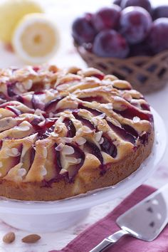 Di stagione, le prugne grazie alla loro naturale dolcezza e intenso colore rendono qualsiasi dolce una meraviglia per gli occhi e per il palato! Ecco la torta di prugne, perfetta come dessert o per la colazione, magari da accompagnare ad una bella salsa di yogurt! Ricetta Giallo Zafferano
