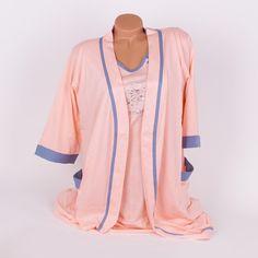 Комплект за бременни и кърмещи дами - халат и нощница. Изработени са от мек памук в млечно оранжев цвят и са украсени с кантове в мек, сиво-син цвят. Нощницата е с копчета на бюста за улеснение при кърмене и къси ръкави. Деколтето и е обло, а по средата е със сладки мечета.