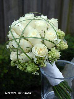 Hand gebonden Biedermeier bruidsboeket met witte rozen, Ornithogalum, berengras en strass decoratie. www.meesterlijkgroen.nl