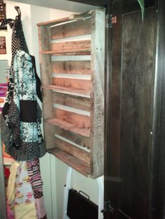 Pallet rack! A few more shelves would be perfect for storing paints in craft room. Add mason jars for the paint brushes and this will be FABULOUS!