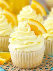 Mimosa Cupcakes - a champagne cupcake with orange frosting! Great for New Years! These Mimosa Cupcakes are made with a moist champagne cupcake and fresh orange frosting! They are fun cupcake recipe for any time you want a little bubbly! Cupcakes Fondant, Cupcake Cakes, Rose Cupcake, New Year's Desserts, Dessert Recipes, Desserts With Oranges, Recipes With Oranges, Cupcake Recipes Easy, Strawberry Cupcake Recipes
