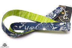 Ausgefallenes Schlüsselband mit Blumenmuster in grün und dunkelblau aus der #lieblingsmanufaktur