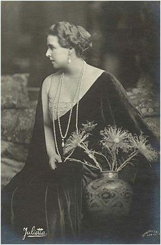 Queen Marie of Romania – the former Princess Marie of Edinburgh, a grand-daughter of Queen Victoria, was the first crowned head to become a Bahá'í. Mary I, Queen Mary, Princess Victoria, Queen Victoria, Michael I Of Romania, Romanian Royal Family, Princess Alexandra, Royal Blood, History Photos