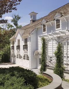 "Great design for the ""back"" side of the house. Lattingtown, New York | Ferguson & Shamamian"