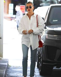 """A classic button-down shirt makes for a simple but brilliant fit—take look as proof. The """"boring"""" trend is set to be a… Camisa Oversized, Oversized White Shirt, Oversized Button Down Shirt, White Button Down Outfit, White Button Shirt, Boyfriend Shirt Outfits, White Shirt Outfits, Dress Shirts For Women, Clothes For Women"""