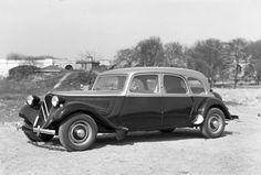 Citroën Traction Avant 11  Familiale 1954 taxi.  Depuis 1921, Citroën propose à son catalogue des voitures aménagées en taxi.  La Traction Avant ne fait pas exception, et ce avec la 11 dès 1934
