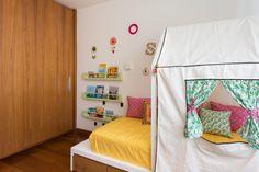 Foi a partir do cactus que toda a decoração do quarto da Sofia foi pensada. A planta aparece na parede, nos tecidos imprimindo um ar jardim mexicano